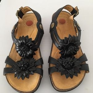 CLARKS Unstructured 5M Black Leather Sandals